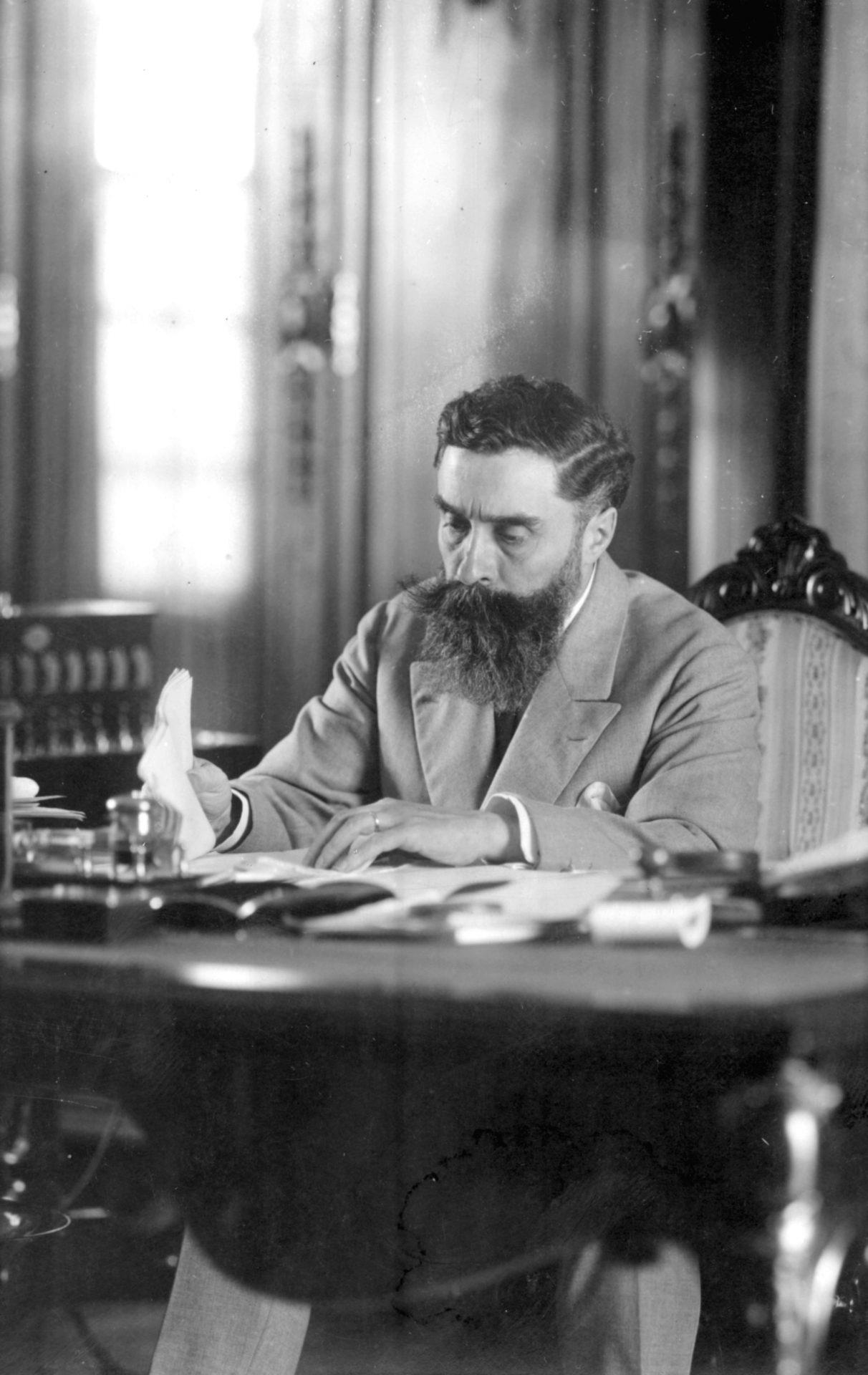 Alexandre Varenne assis à son bureau de travail