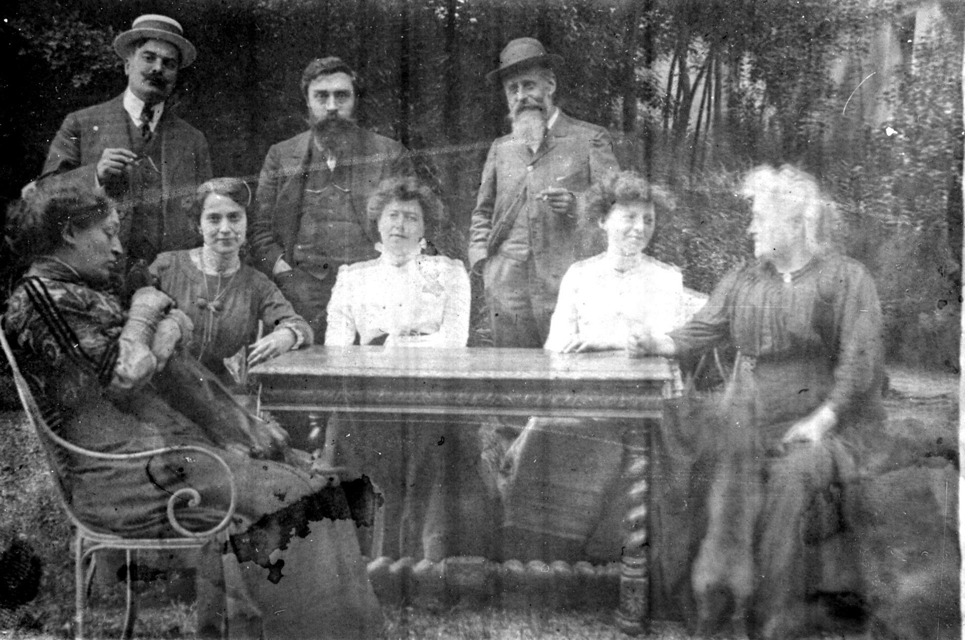 Groupe de personnes autour d'une table en compagnie d'Alexandre Varenne, 2ème debout en partant de la gauche
