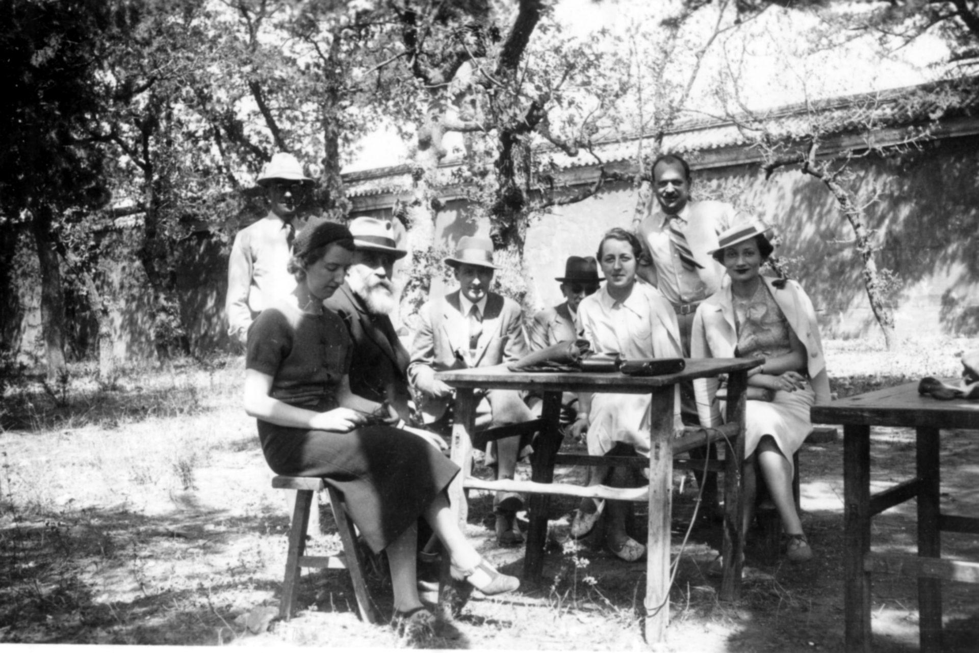 Groupe de personnes autour d'une table en compagnie d'Alexandre Varenne, 2ème assis en partant de la gauche