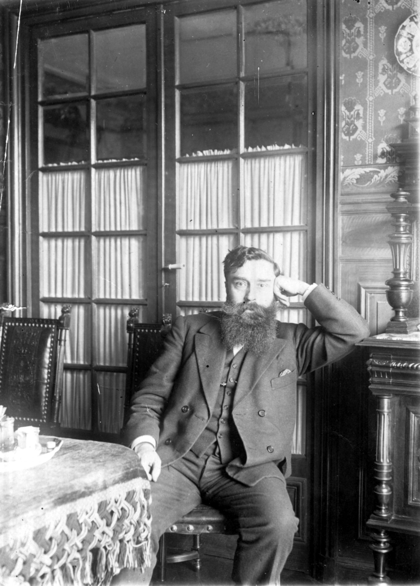 Alexandre Varenne assis couche gauche posé sur un buffet Henri II dans une salle à manger