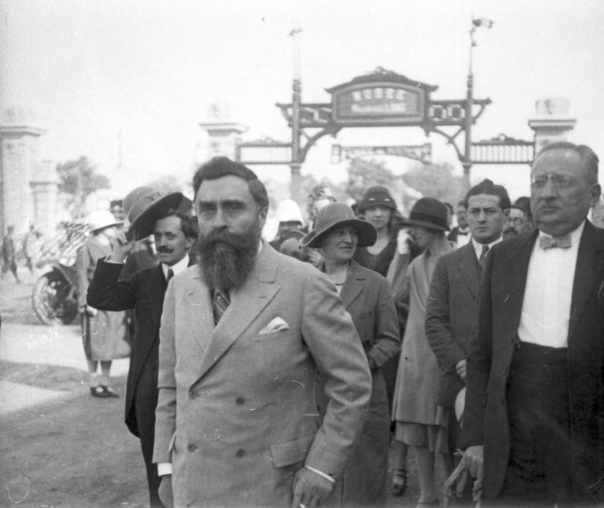 Visite à la foire de Hanoï. Alexandre Varenne, en premier plan, Marie-Mélanie Foussadier, derrière lui - 08 Décembre 1925
