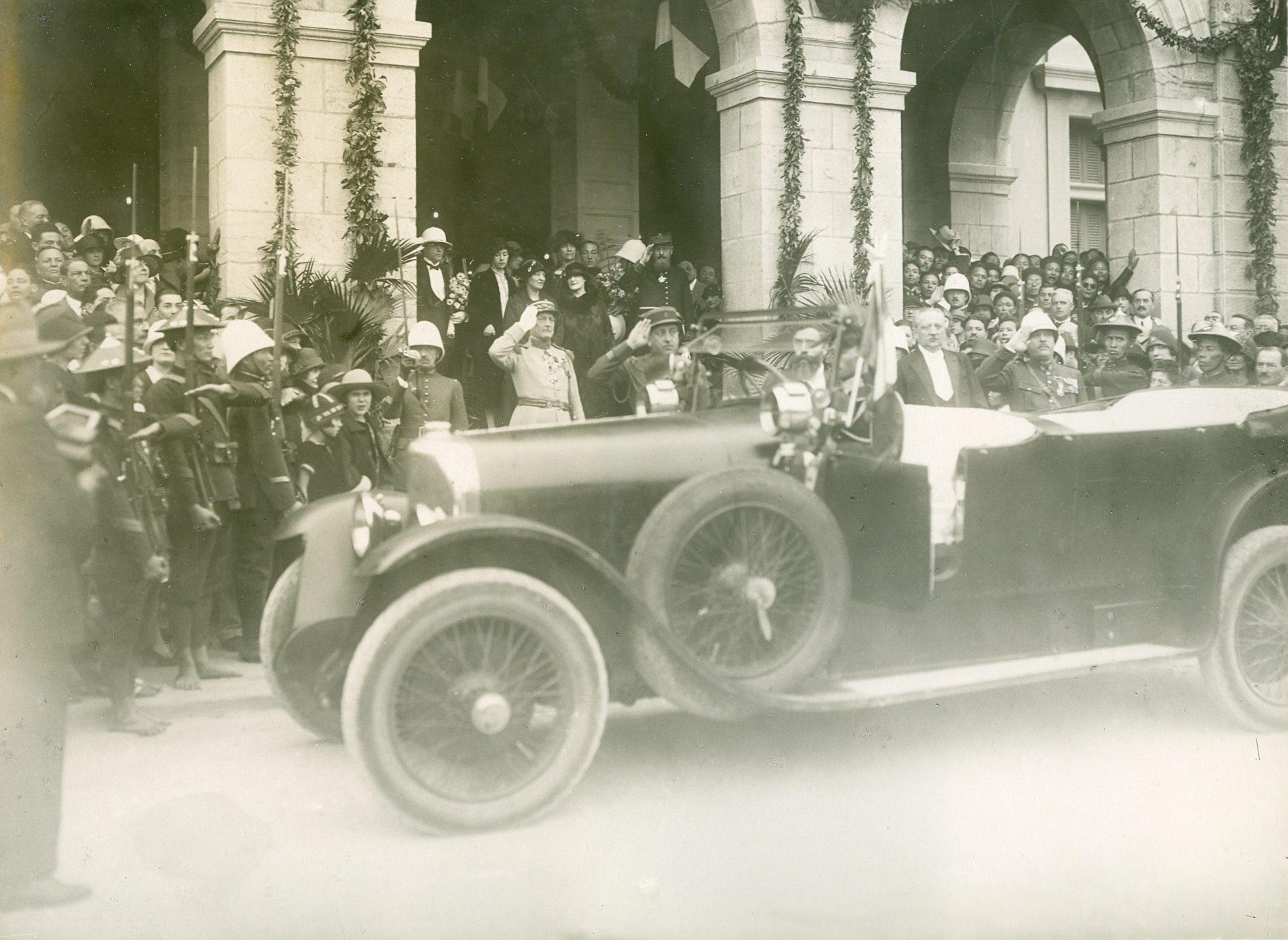 Hanoï: arrivée du Gouverneur Général Varenne à la gare, sa tête est en partie masquée par le pare-brise entrouvert. Marguerite Migeot et Mme Première Varenne sont sur cette photo, sous l'arche.