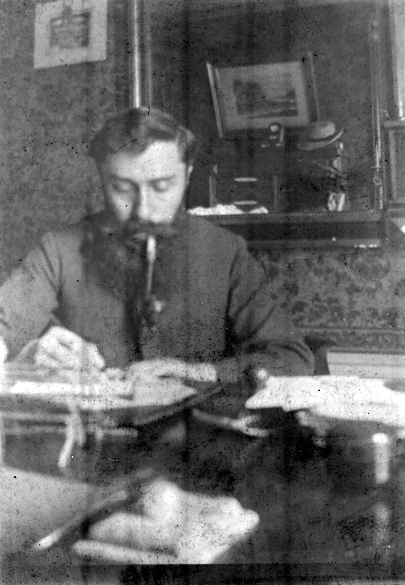Alexandre Varenne assis travaillant à son bureau