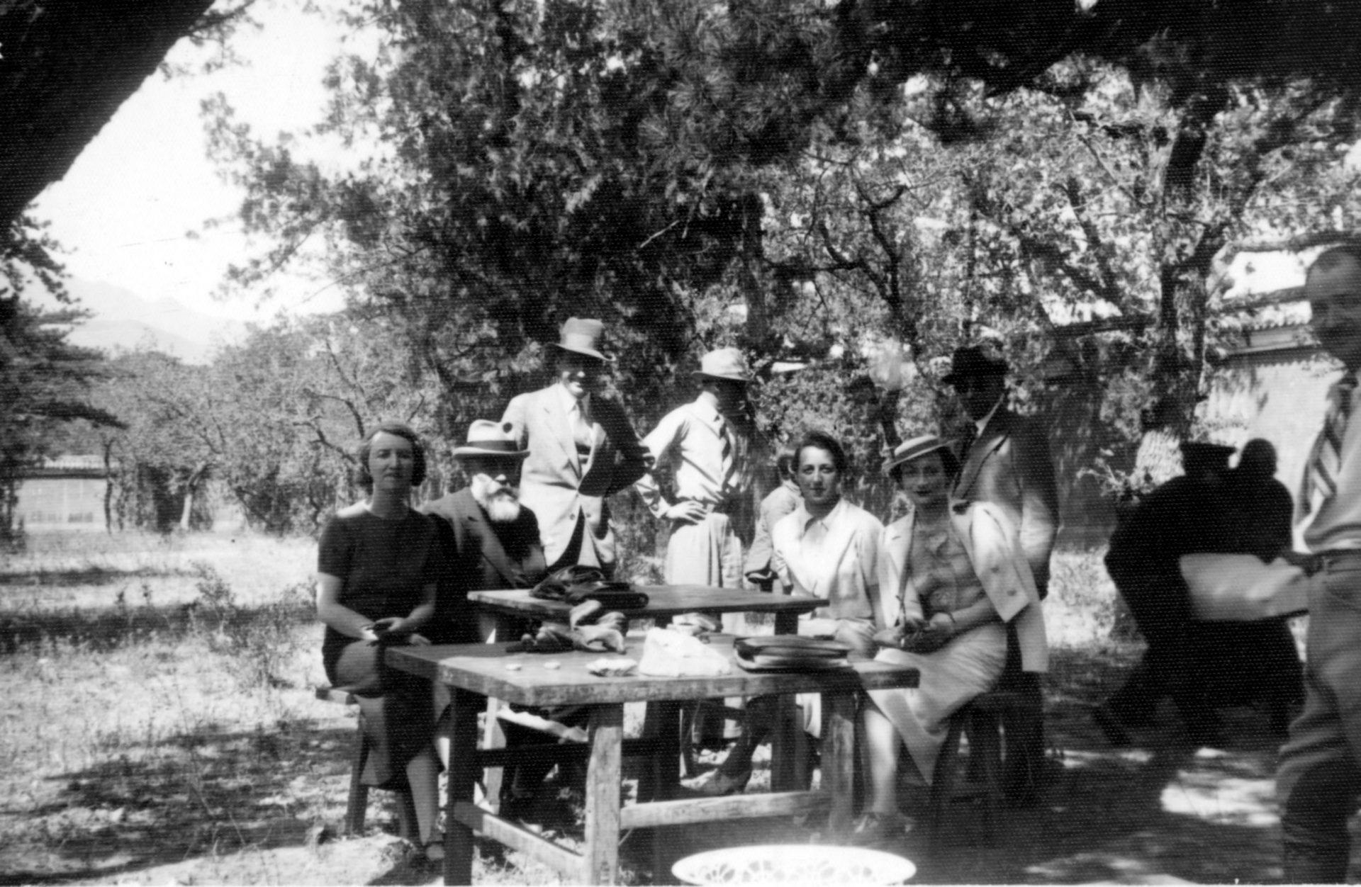 Marguerite Varenne assise à côté d'Alexandre Varenne