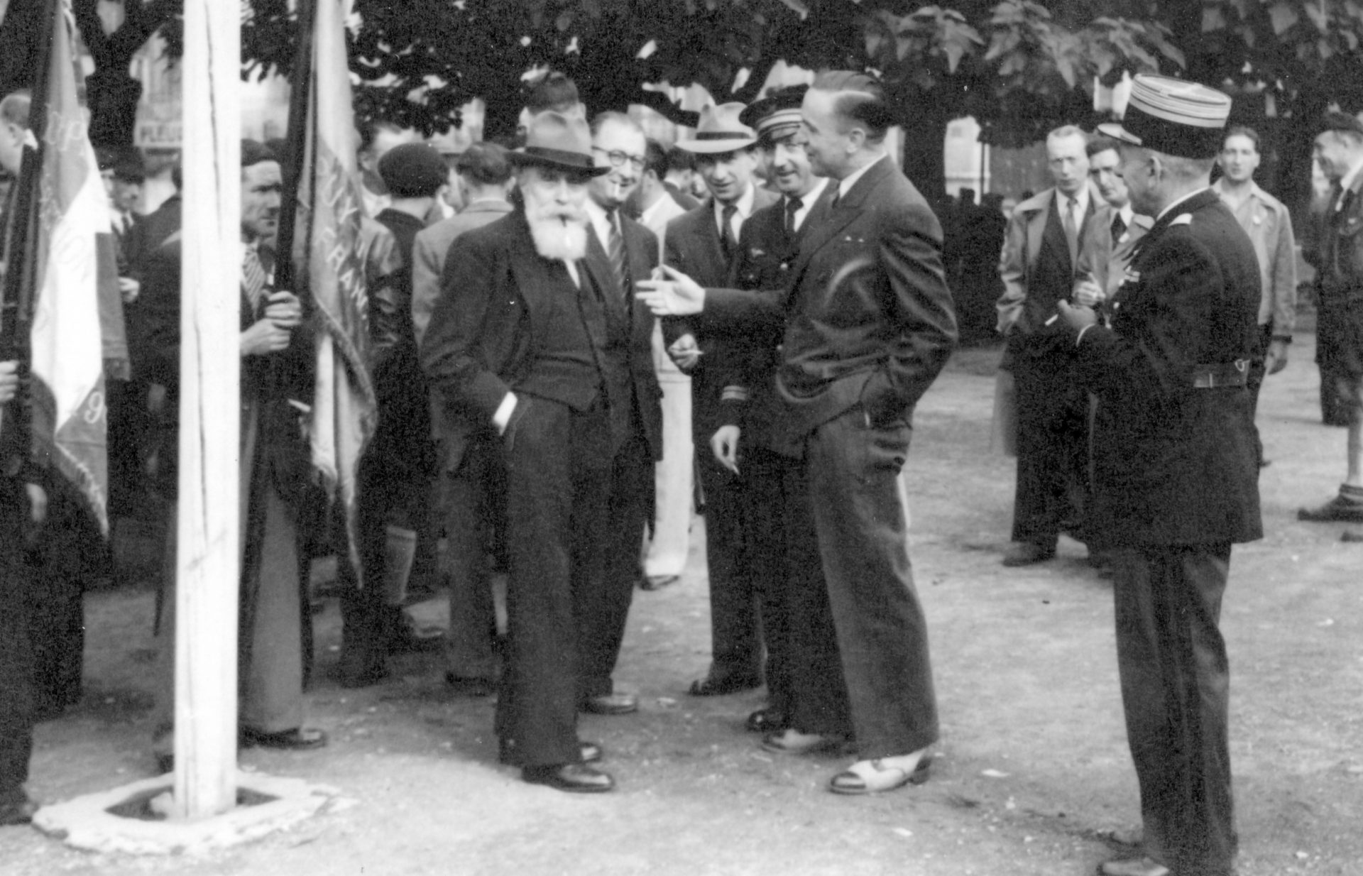 Alexandre Varenne et Francisque Fabre au centre portant un chapeau beige