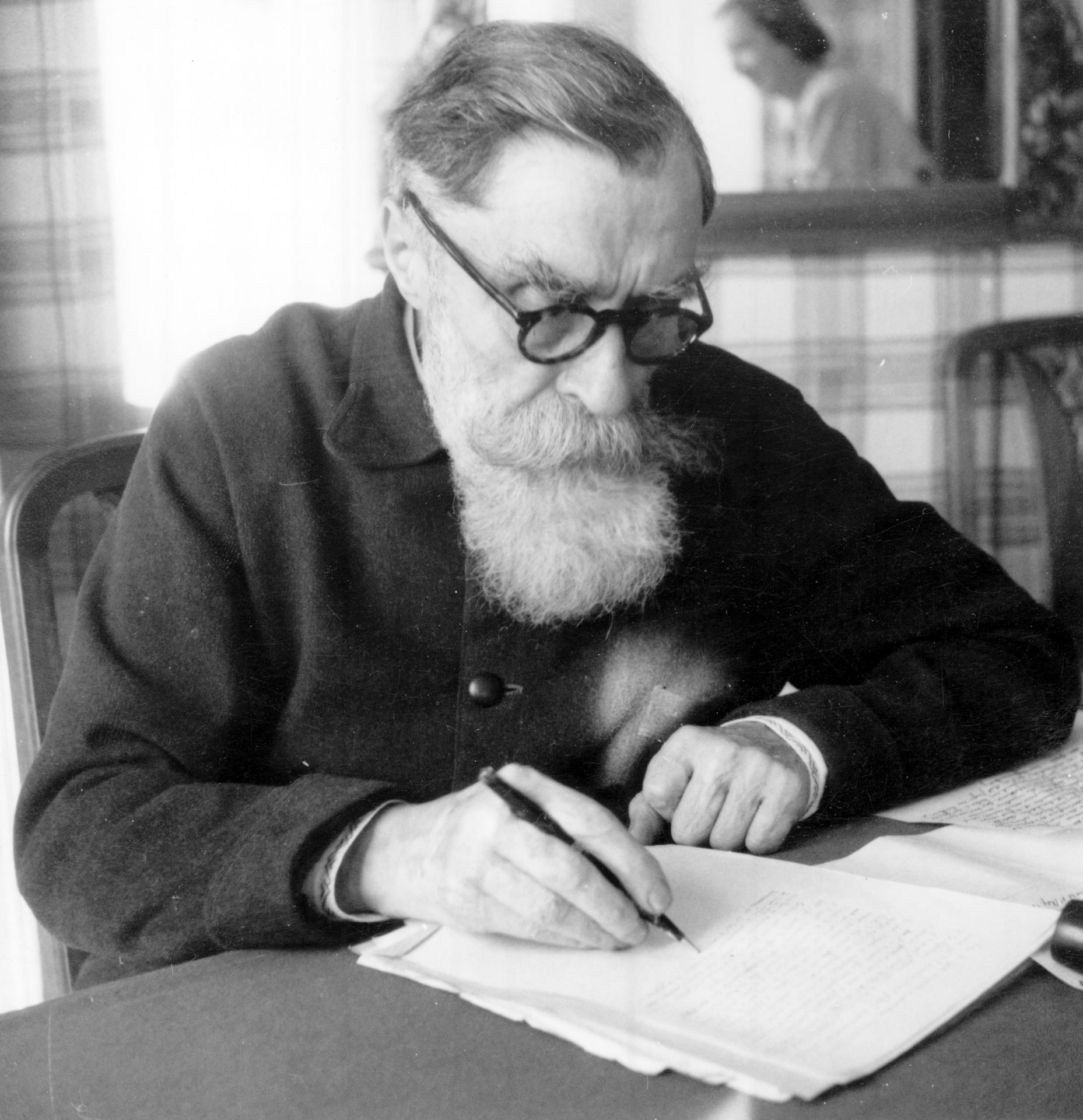 Alexandre Varenne assis, écrivant. Crédit : Léon Gendri, Clermont-Ferrand