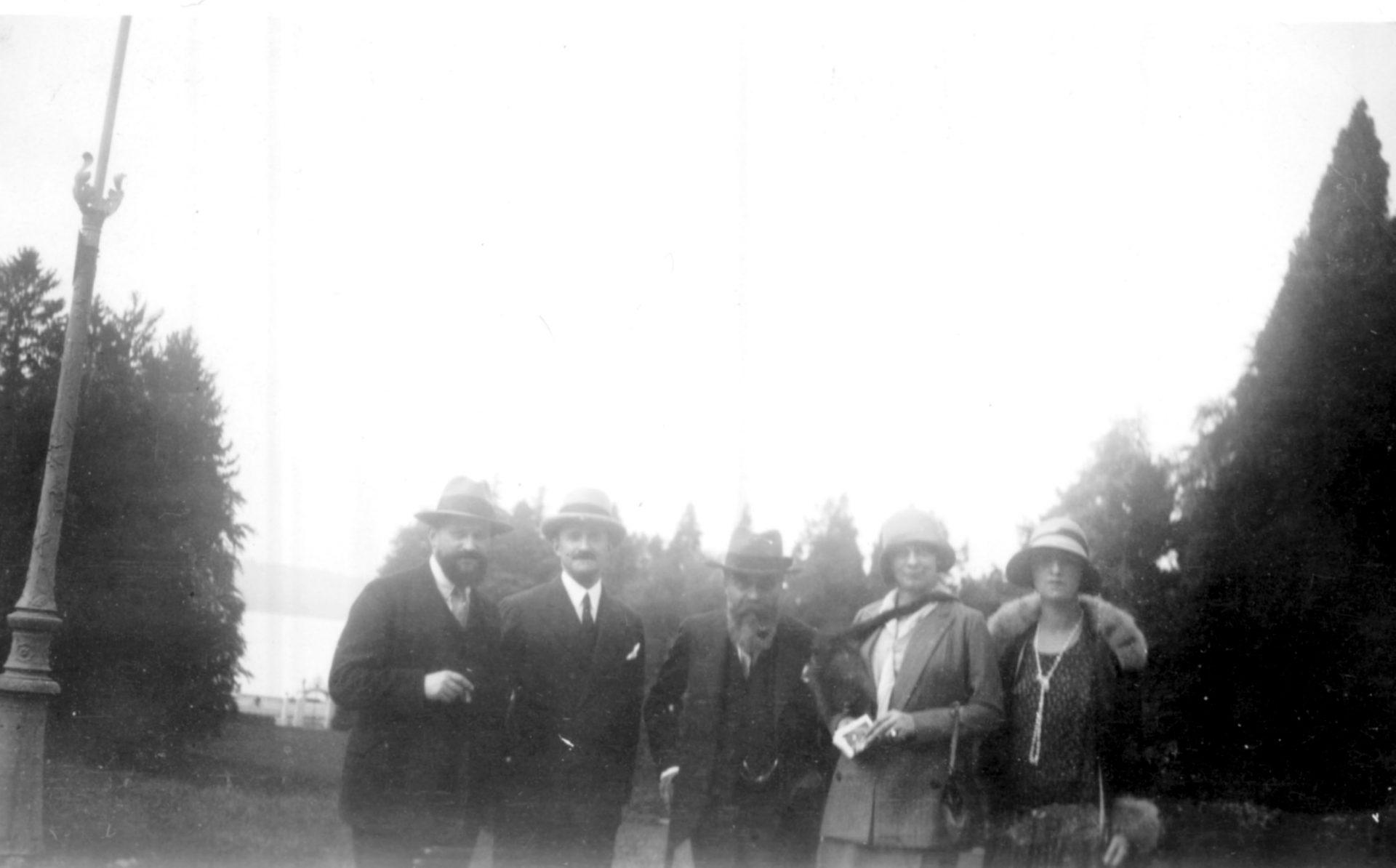 Alexandre Varenne, au milieu, Marguerite, 1ère en partant de la droite