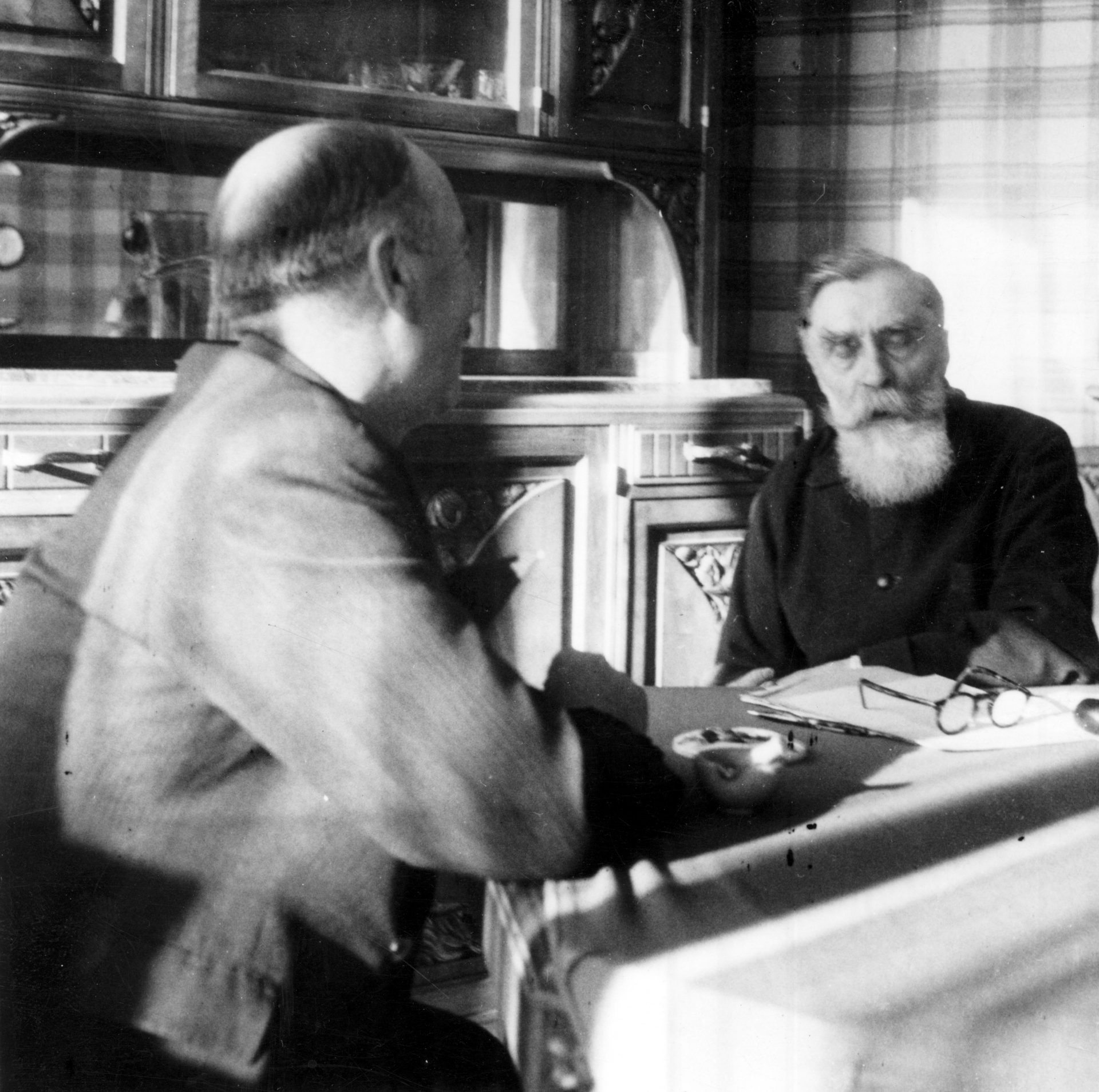 Alexandre Varenne assis à une table de salle à manger. Crédit: Léon Gendri, Clermont-Ferrand