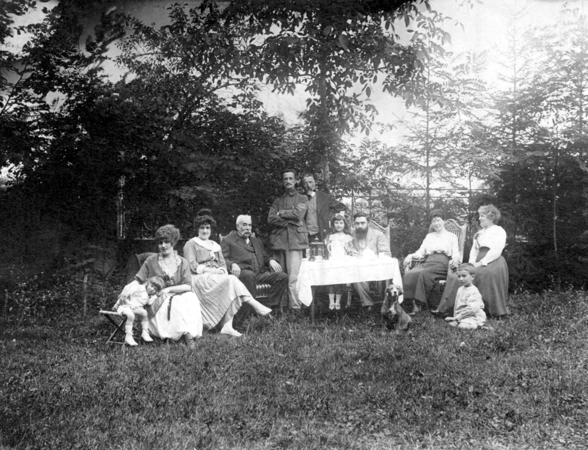 Alexandre Varenne assis à la table au milieu à côté d'une petite fille - 15 Août 1916