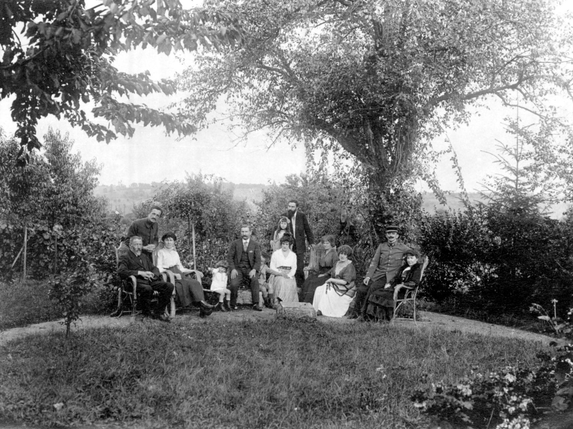 Alexandre Varenne debout au milieu derrière une petite fille - 15 Août 1916