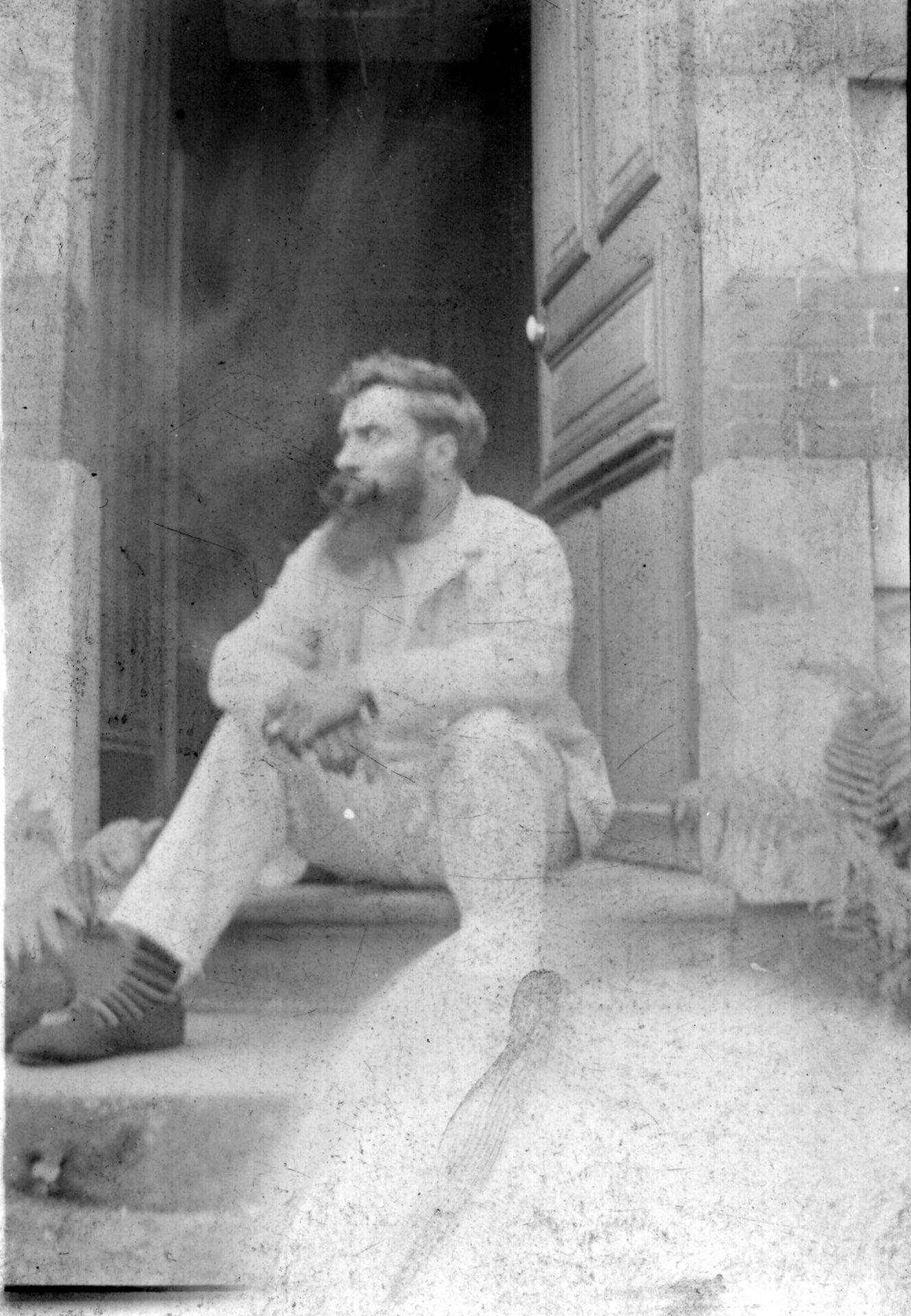 Alexandre Varenne assis sur une marche d'escalier