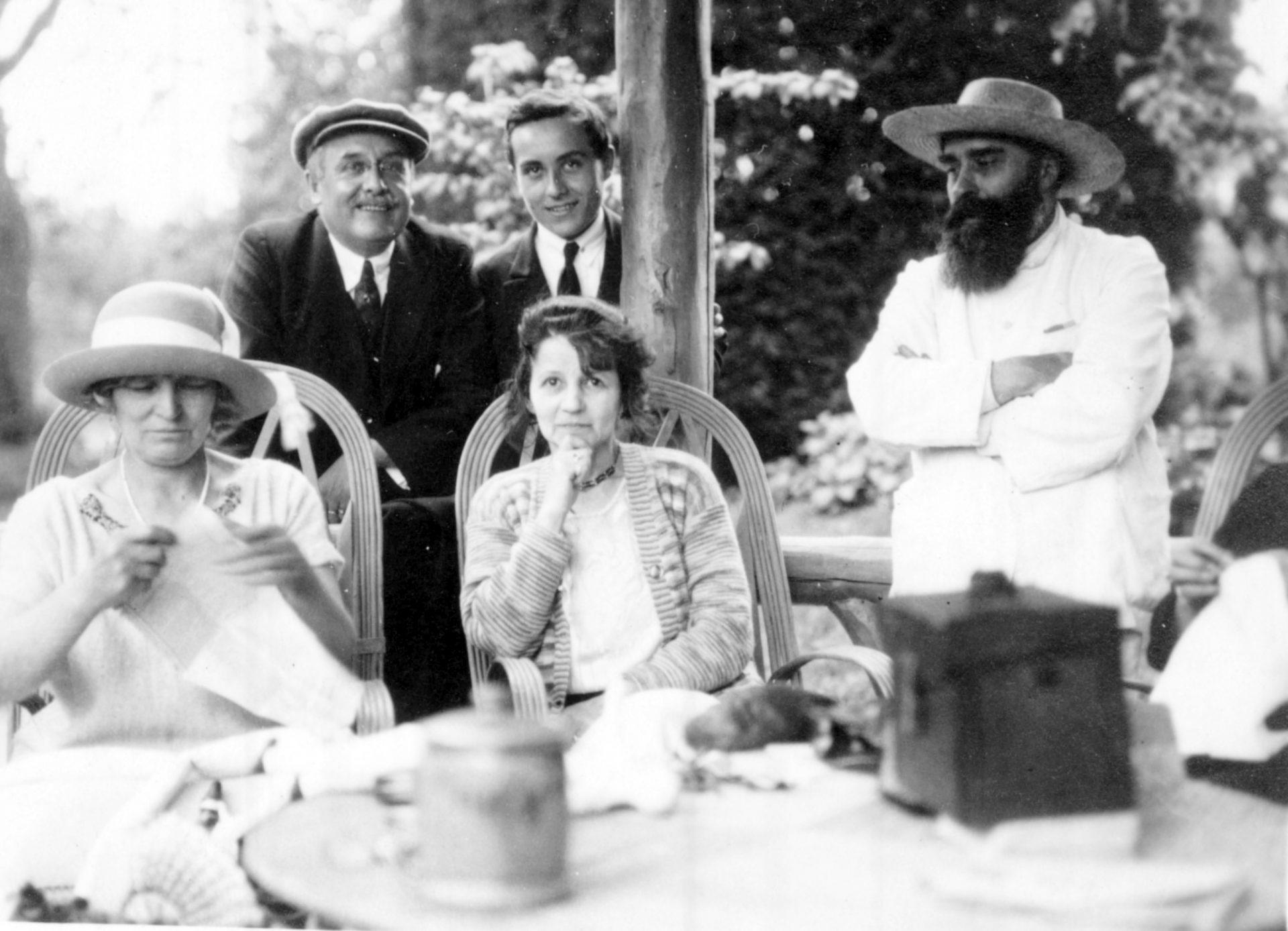 Marie-Mélanie Foussadier à gauche assise, Alexandre Varenne debout à droite
