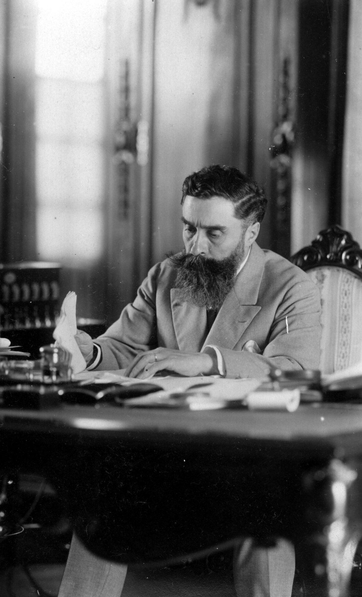 Alexandre Varenne à son bureau de travail