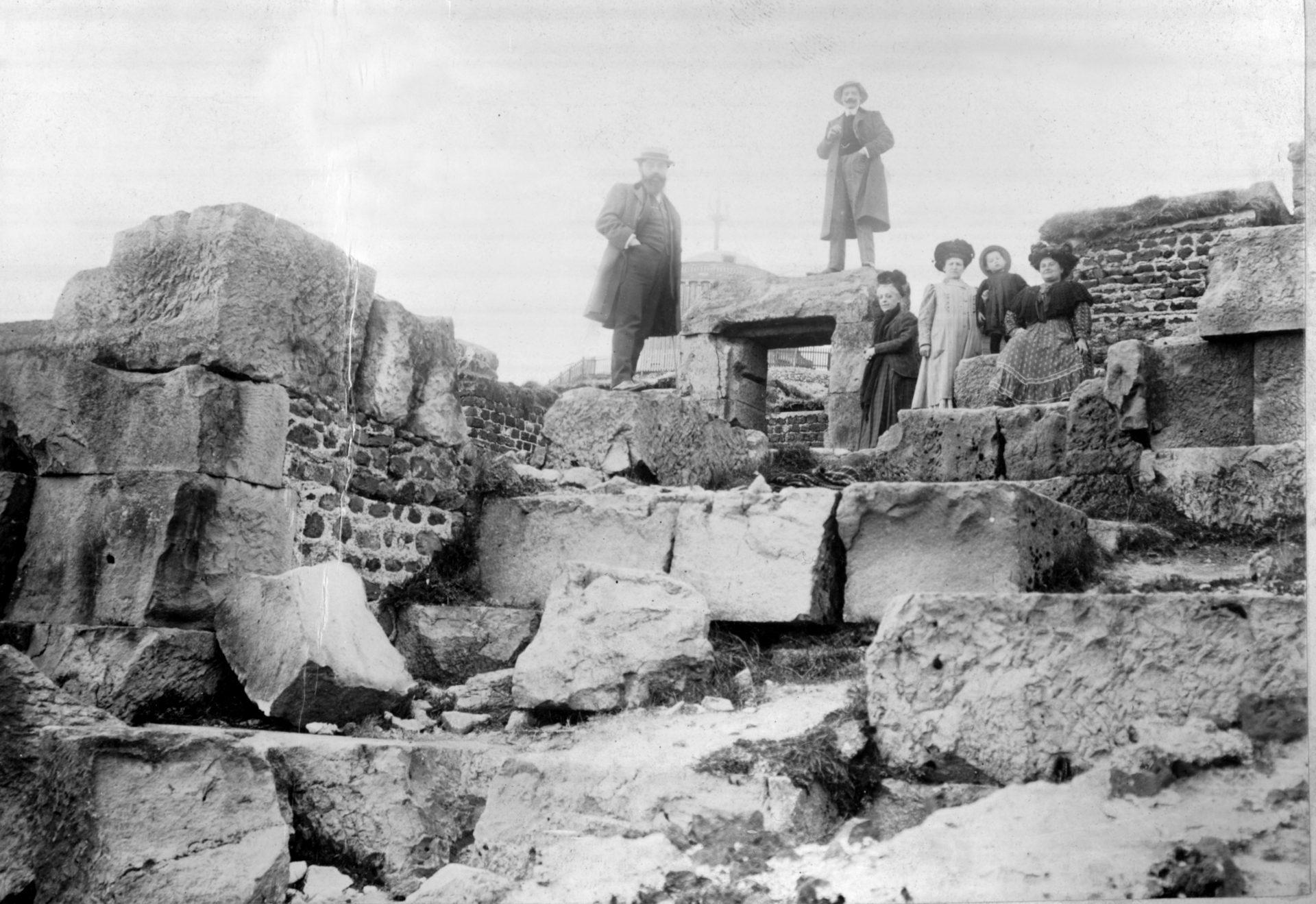 Au sommet du Puy-de-Dôme sur les ruines du temple de Mercure - Alexandre Varenne à gauche