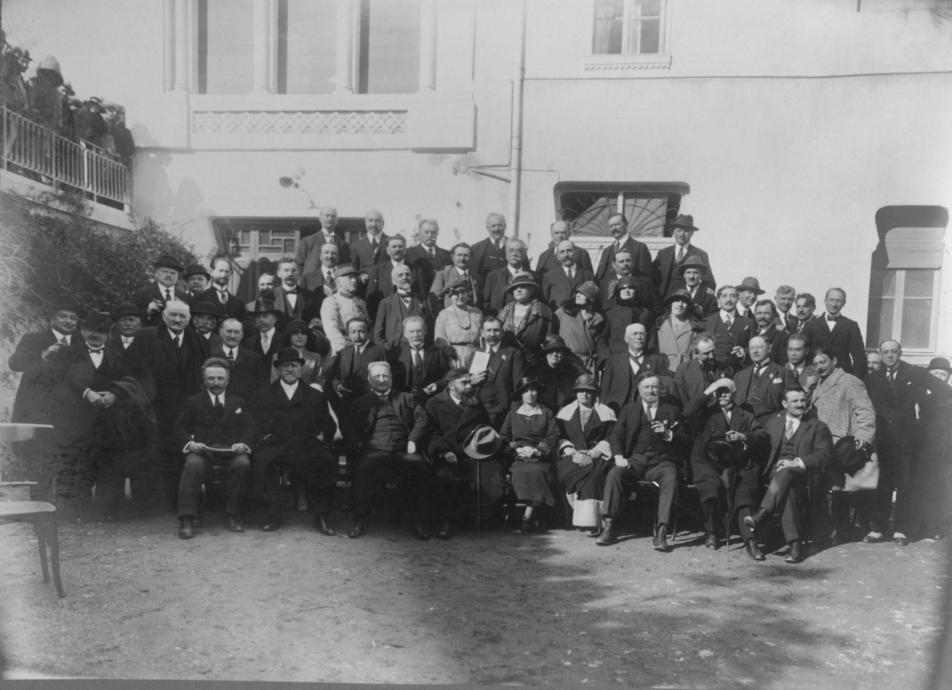 Alexandre Varenne (au premier rang, au centre) à son retour de Gouverneur Général d'Indochine. A sa droite, deux femmes: celle de droite semble être Marguerite Varenne.