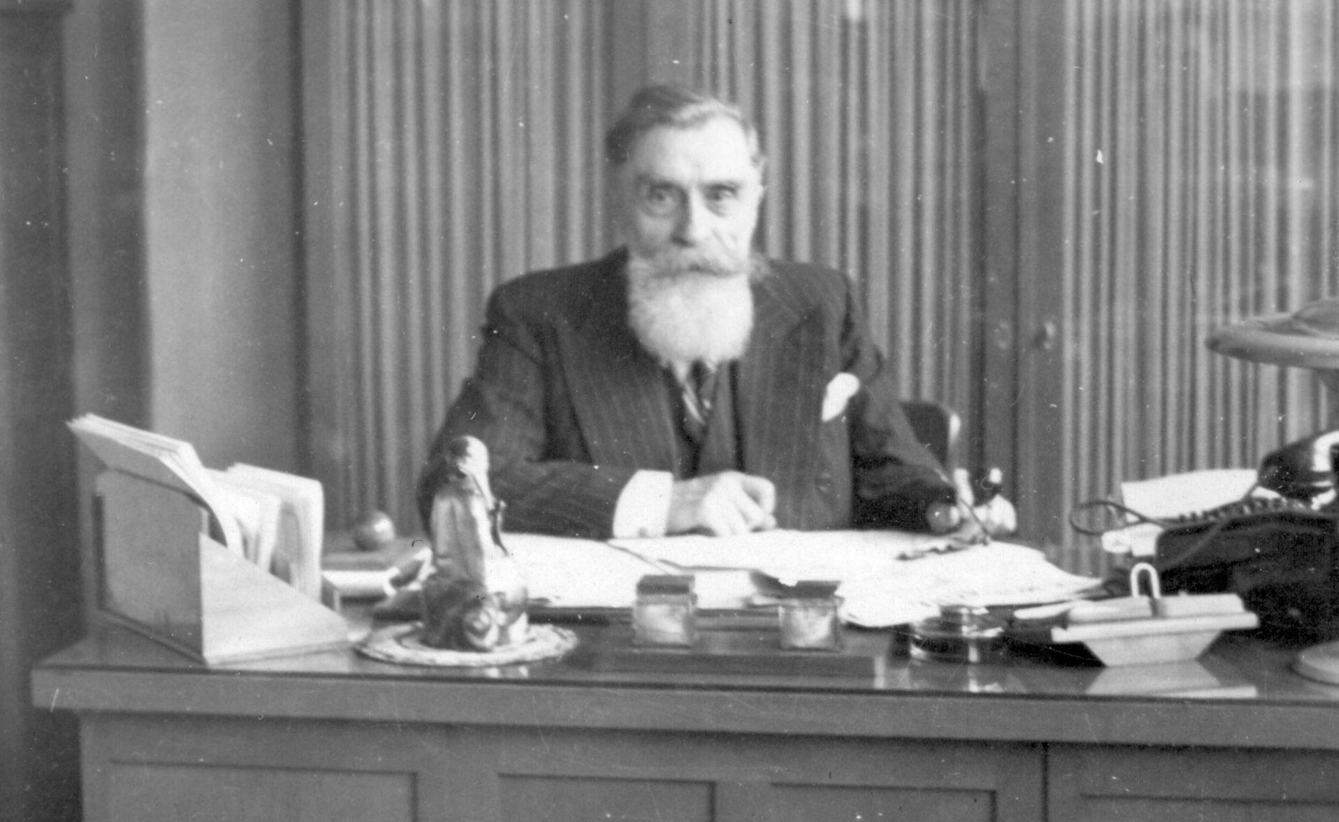 Alexandre Varenne à son bureau de travail 02