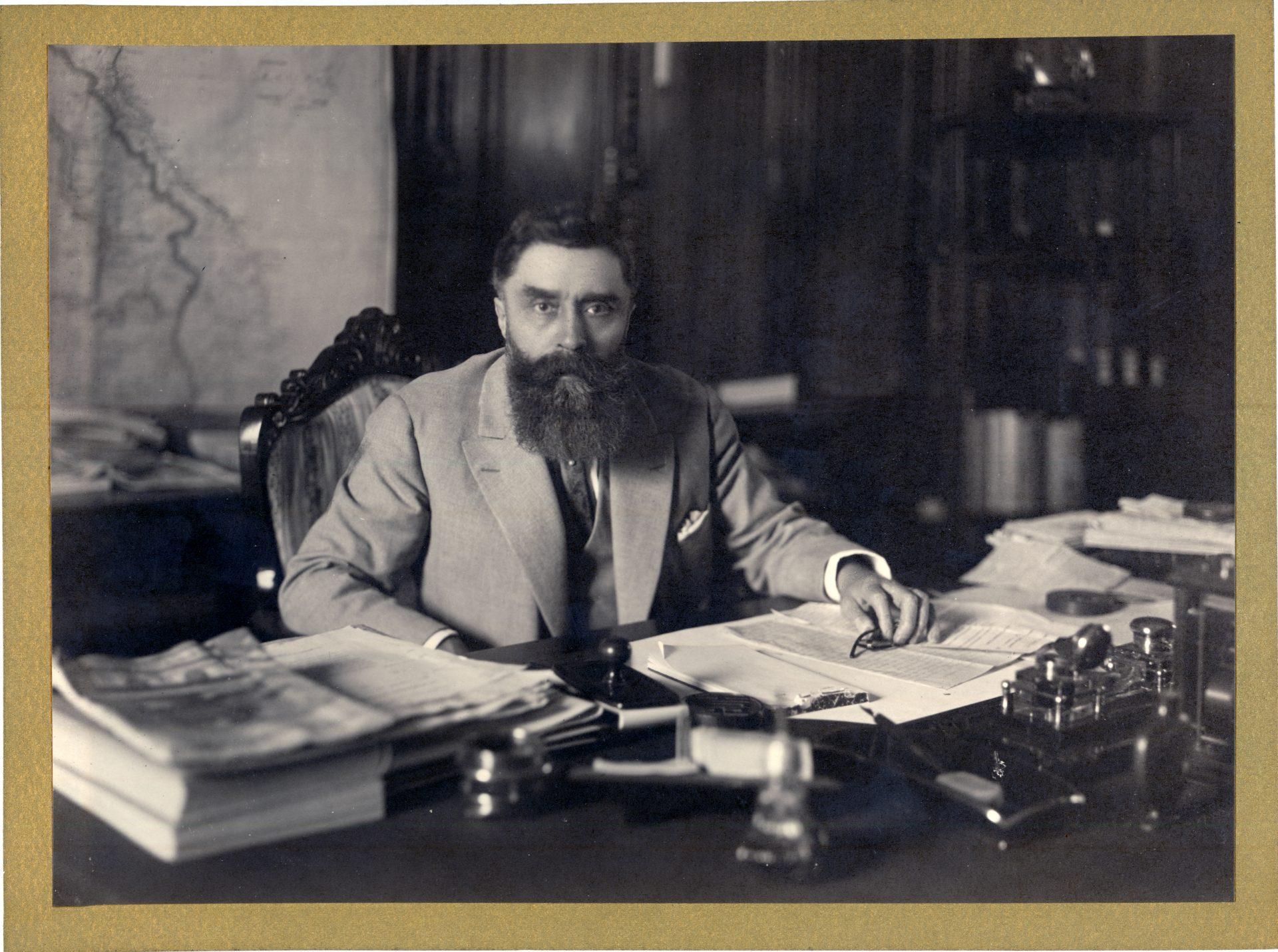 Portrait Alexandre Varenne à son bureau, Hanoï