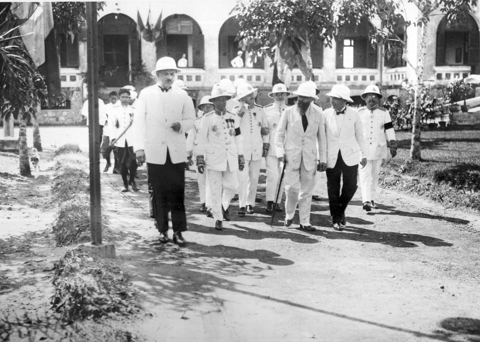 Visite de Sa Majesté Monivong Roi du Cambodge, au Centre radio-électrique de Saïgon (photo collée sur carton)