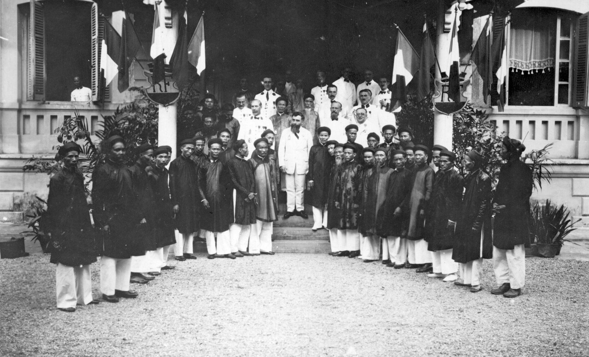 Alexandre Varenne, Gouverneur Général et les membres de la chambre des représentants du peuple - Hué, 23 Juillet 1927