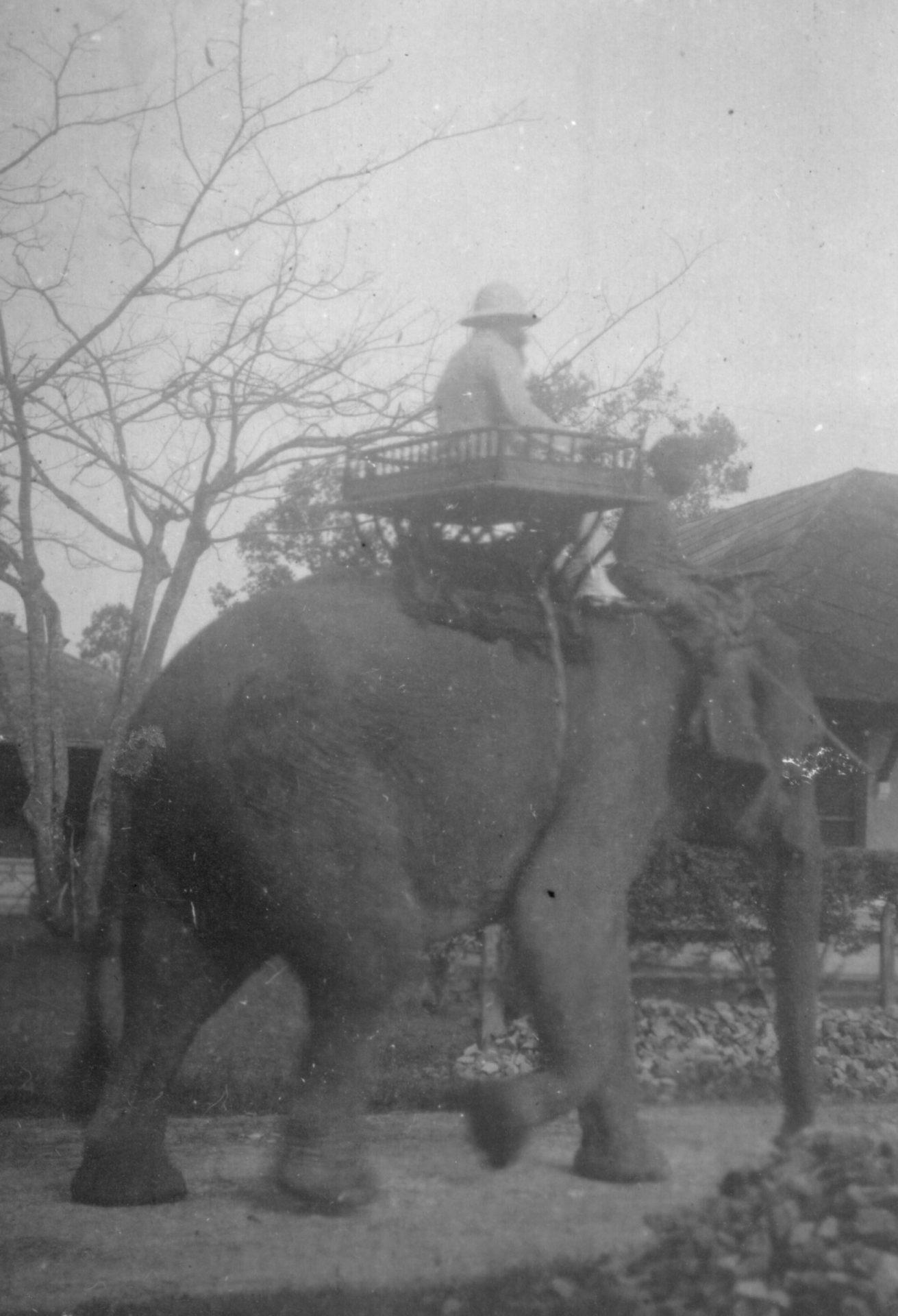 Alexandre Varenne à dos d'éléphant à Angkor - 1926