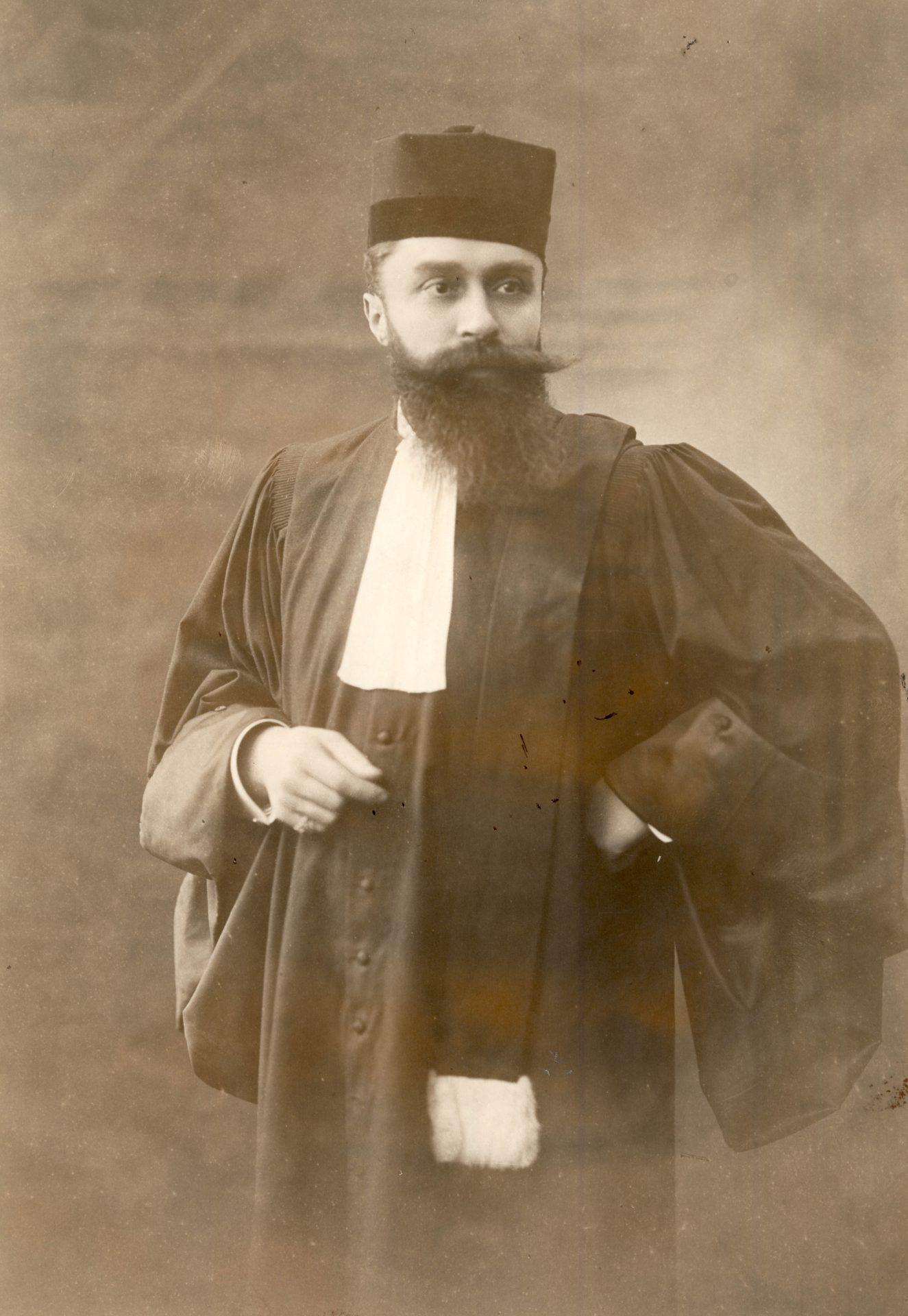 Portrait d'Alexandre Varenne, avec sa toque d'avocat. Crédit: Henri Manuel, Paris