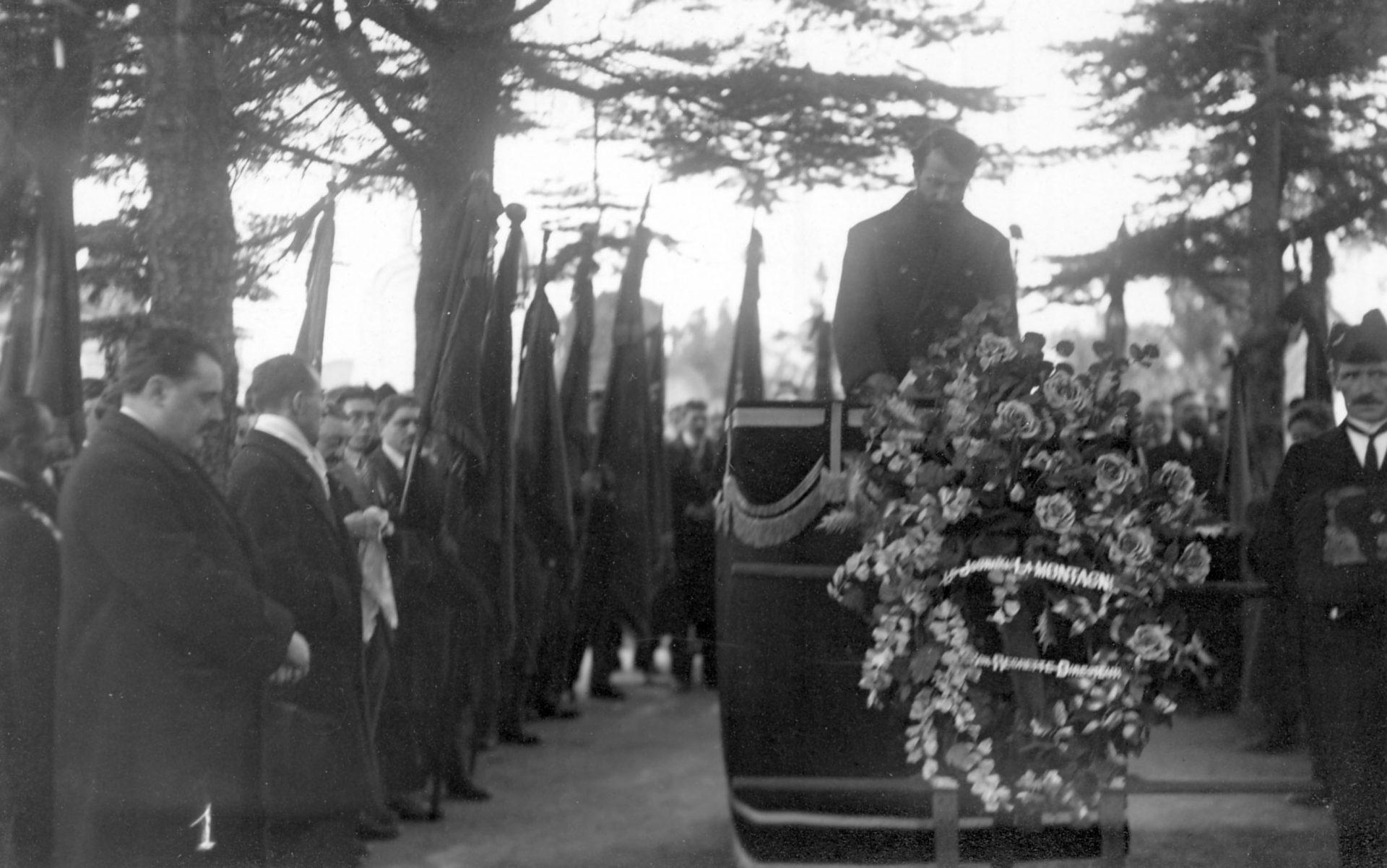 Enterrement d'Alexandre Varenne: hommage des Clermontois qui suivent le passage du cortège - Février 1947, Clermont-Ferrand