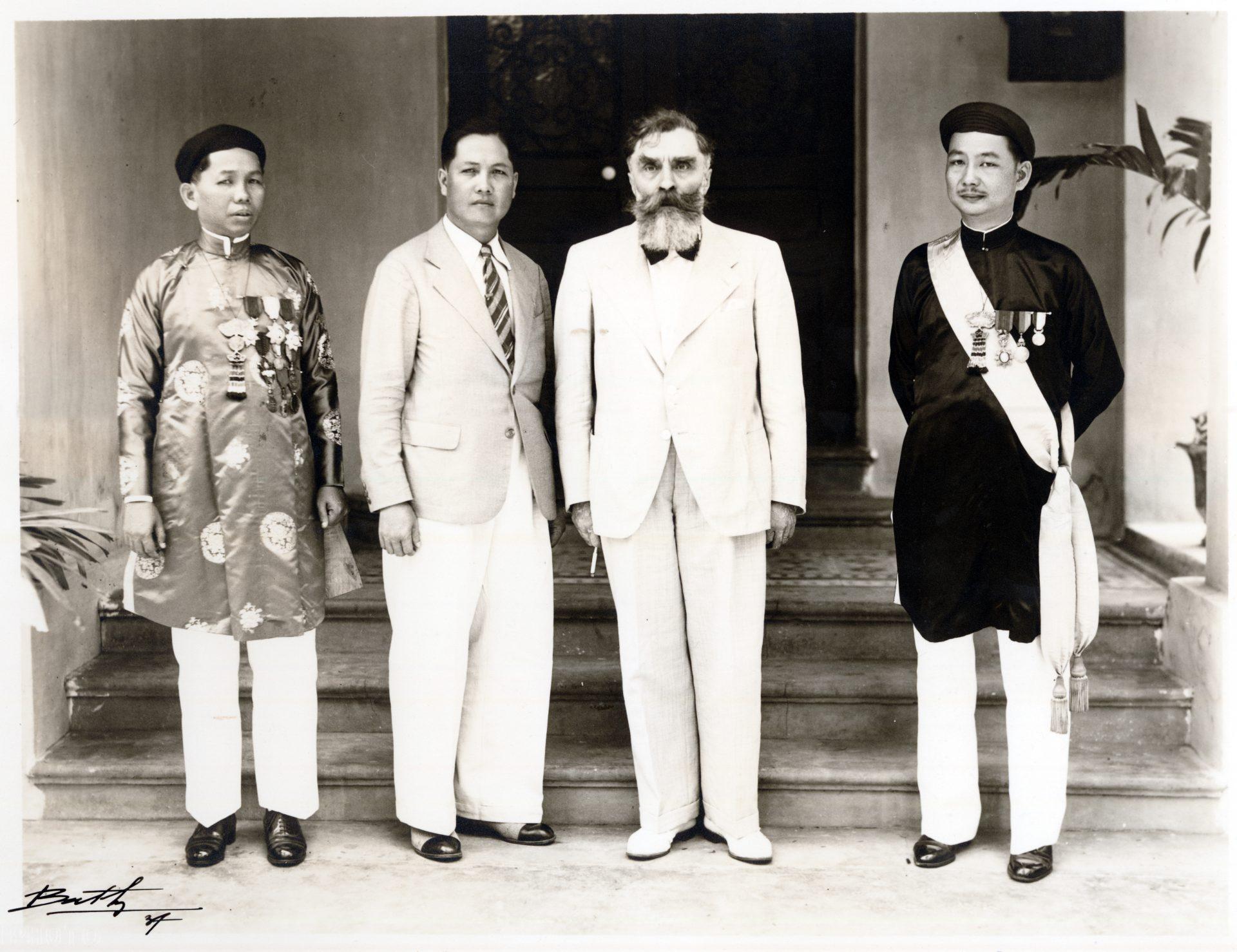 Monsieur Vo-Van-Châu, secrétaire principal au contrôle des contributions directes de Cholon, M. Ho-Van-Cam, propriétaire de ö-Môn Cantho, M. Alexandre Varenne, Gouverneur de la Cochinchine, M. Lam-Minh-Thô Huyën, attaché au cabinet du Gouverneur de la Cochinchine (de gauche à droite)- Saïgon, 1937