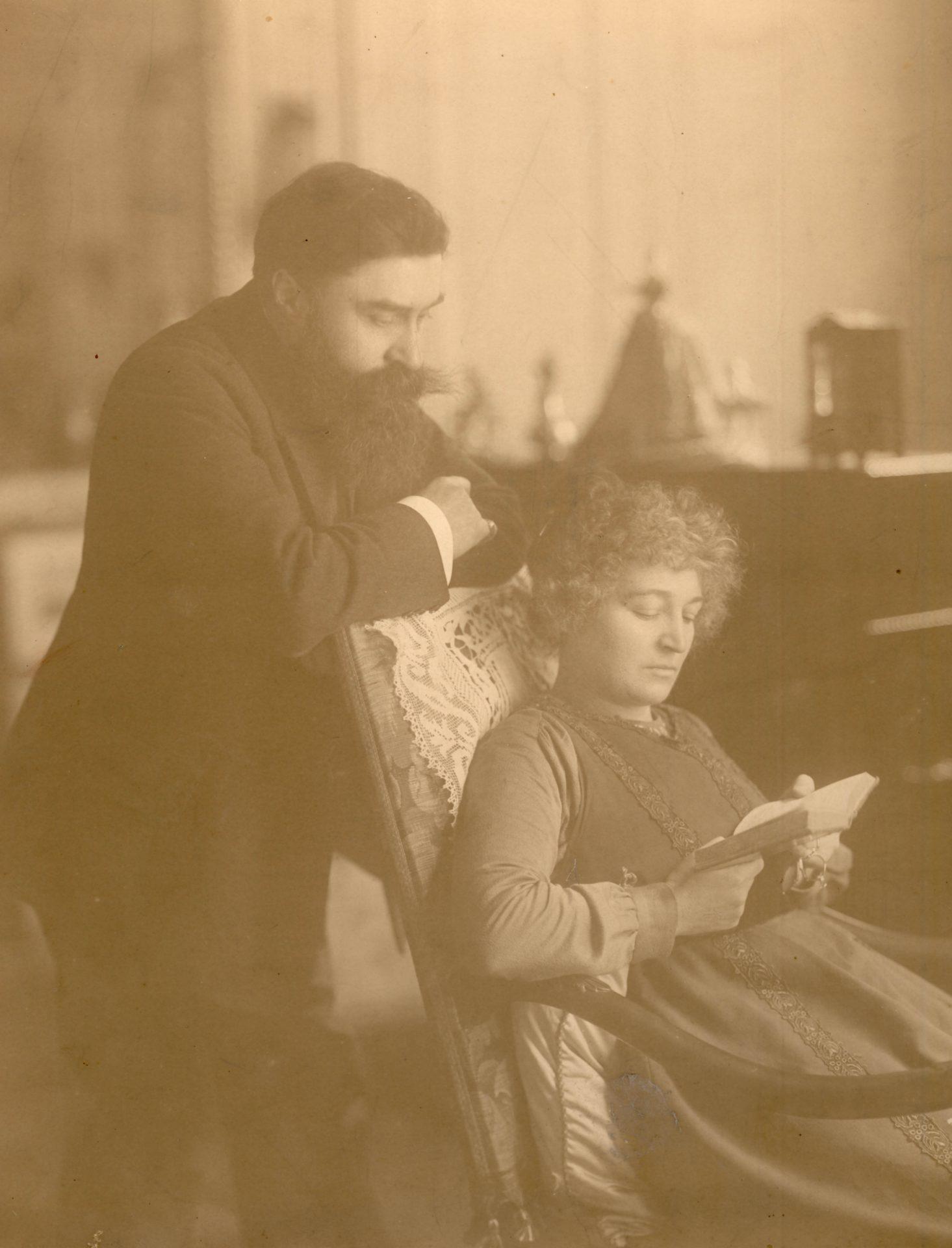 Alexandre Varenne et Marie-Mélanie Foussadier lisant. 62 rue Saussaie, Paris - Crédit: Christian Duvivier