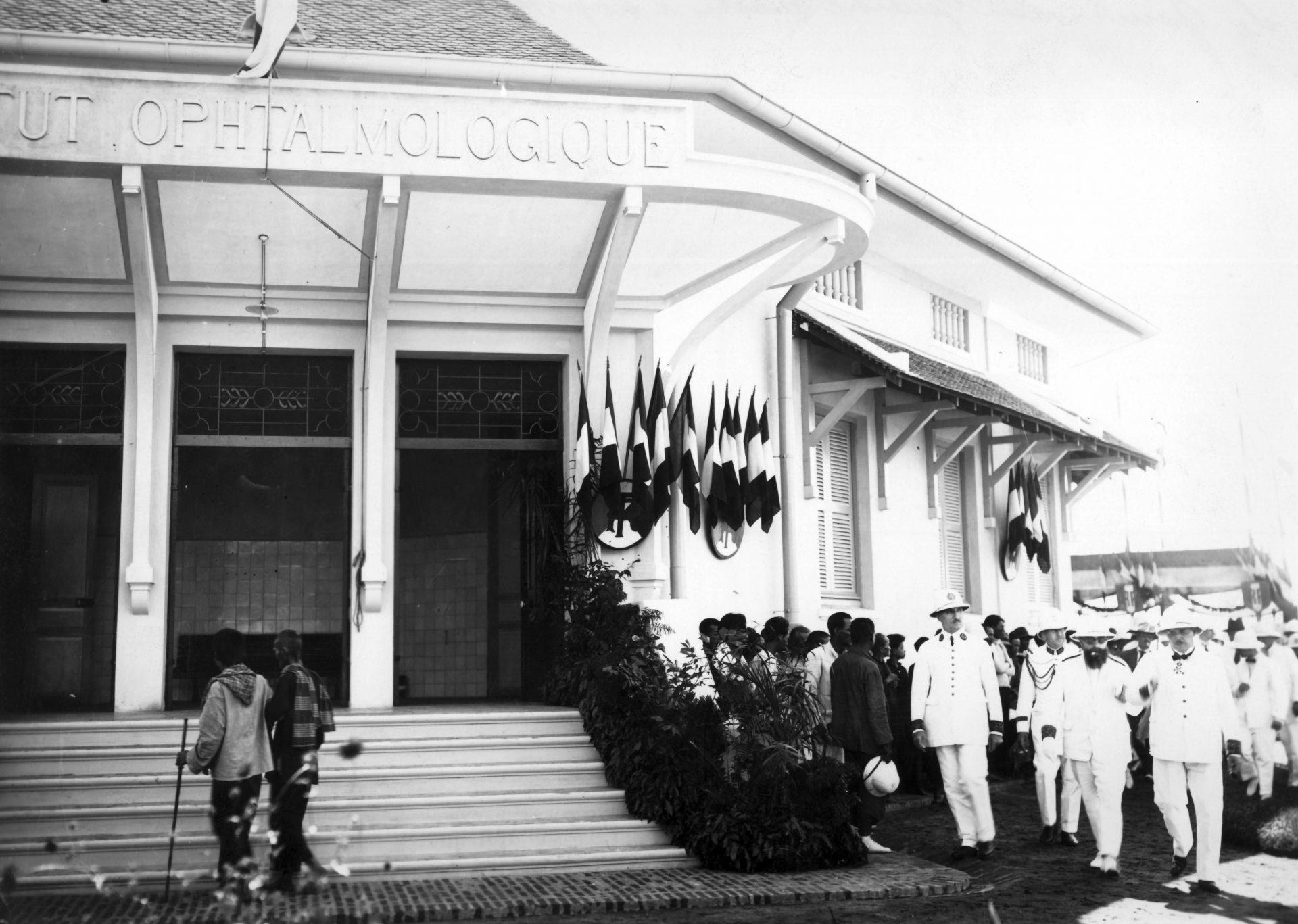 Le Gouverneur Général en visite à l'hôpital ophtalmologique de Phnom Penh. Crédit: Service photographique du musée économique du Cambodge. A la droite d'Alexandre Varenne (qui fume la cigarette et porte des lunettes de soleil), le résident supérieur de Conchinchine, Le Fol - 24 Novembre 1925