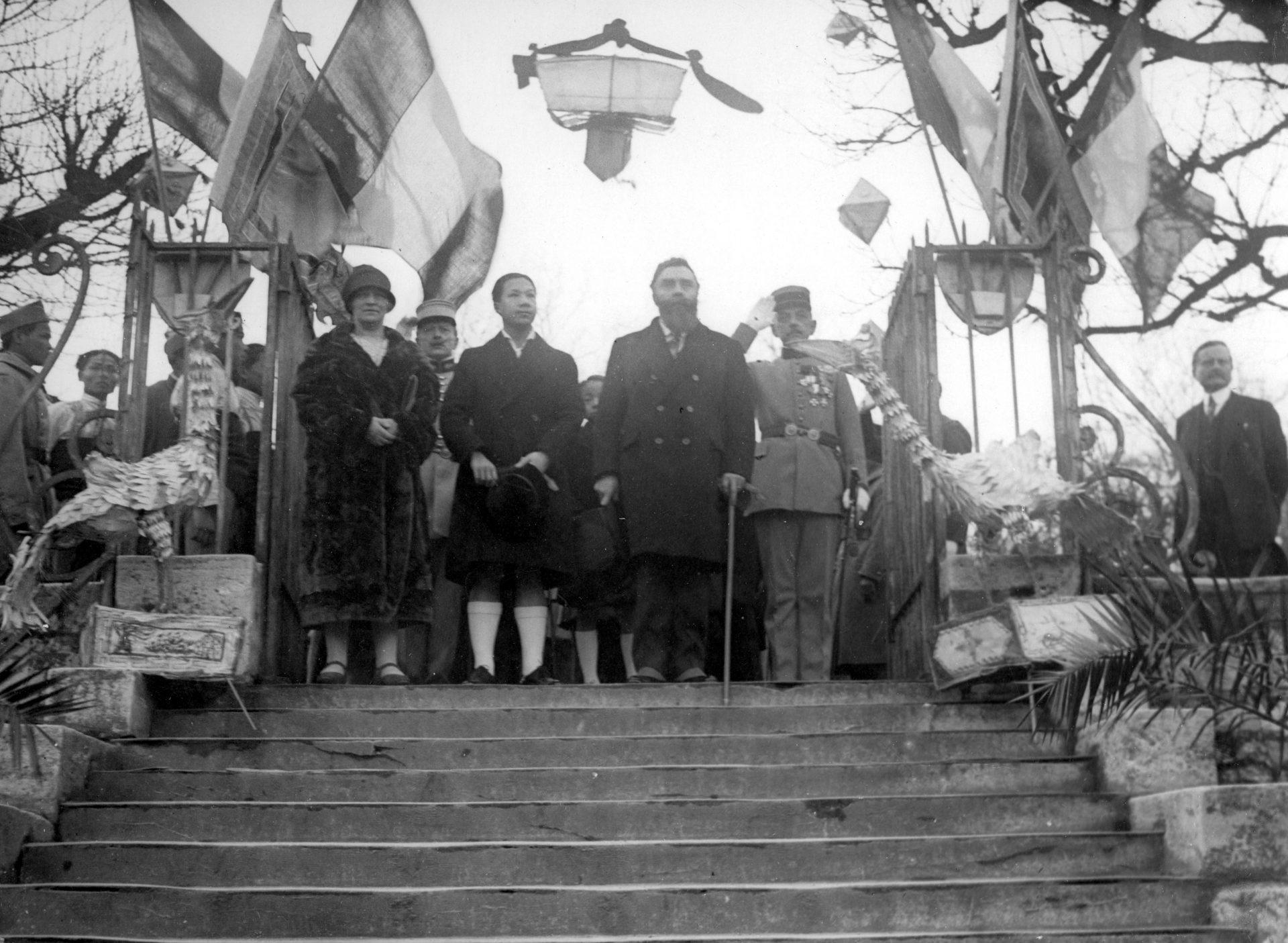 Au centre, Marie-Mélanie Foussadier, l'empereur Bảo Đại et Alexandre Varenne
