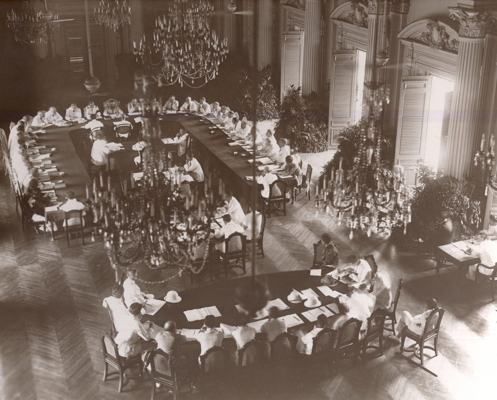 Alexandre Varenne (haut de la photo), assis au centre de l'assemblée