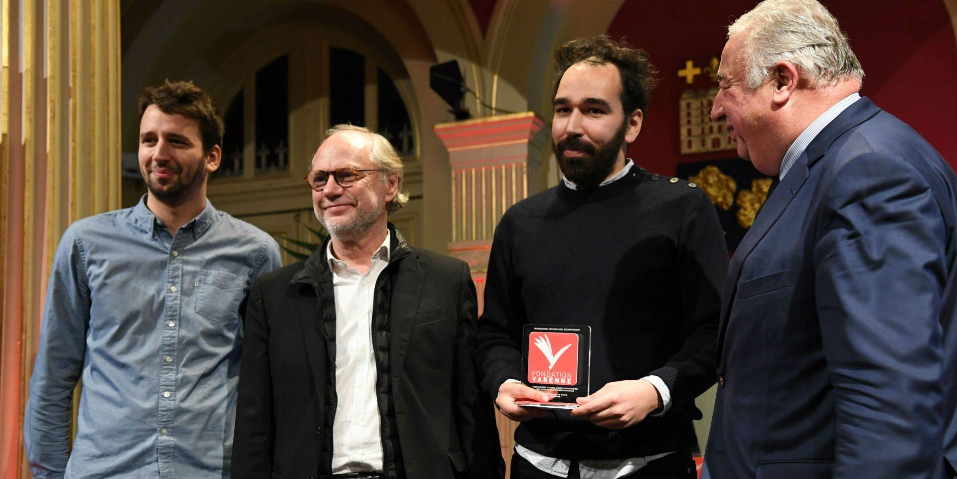 Vincent Coquaz et Ismaël Halissat Libération Prix Jeune journaliste PQN entourés de Laurent Joffrin