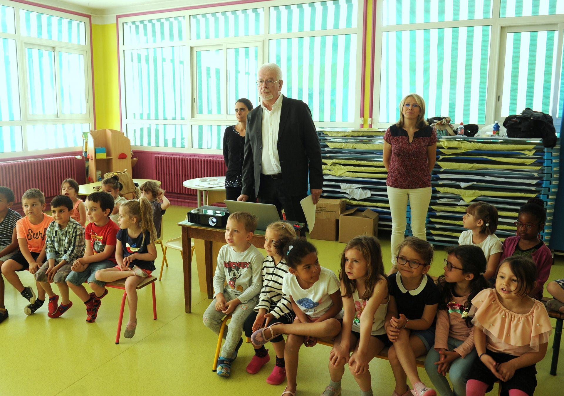 Philippe Page, directeur général de la Fondation Varenne raconte l'histoire d'Alexandre Varenne aux enfants (Michel Wasielewski ©)