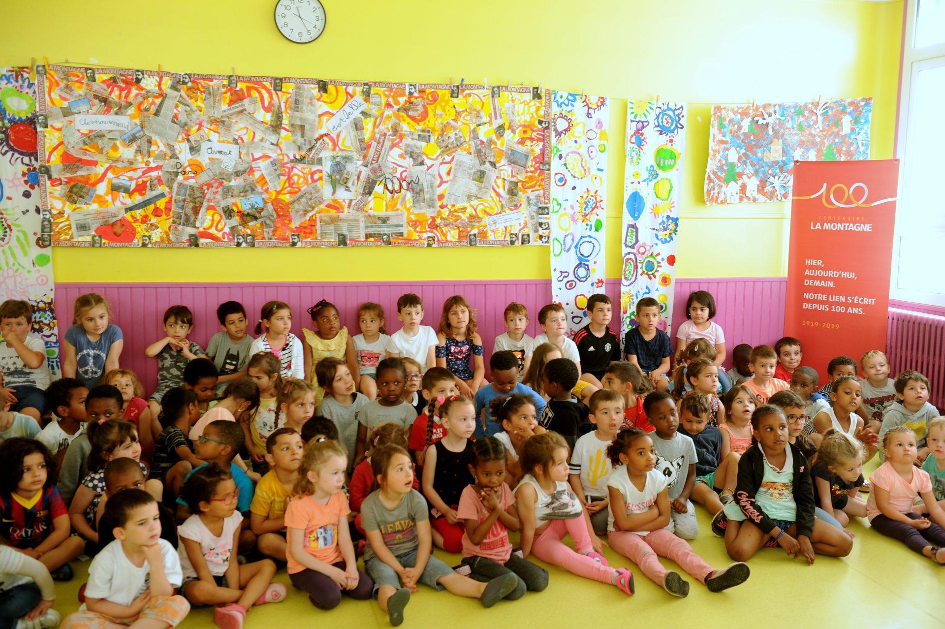 Les petits écoliers de Bellerive sur Allier fiers de leur fresque sur Alexandre Varenne (Michel Wasielewski ©)