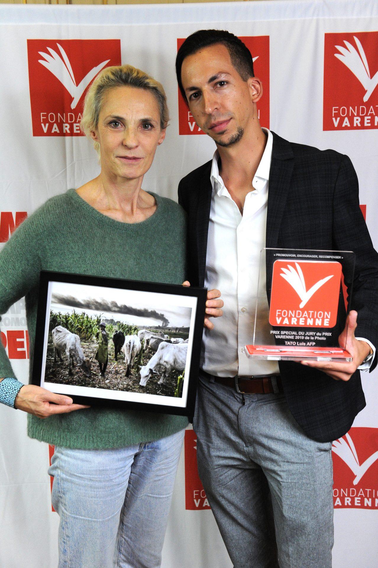 Prix Varenne Canon Prix spécial du jury à Luis TATO de l'AFP avec Marielle EUDES Directrice  photo AFP